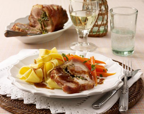 Gefüllte Schweinshaxe mit Ricotta-Pesto zu Möhrengemüse und Bandnudeln Rezept
