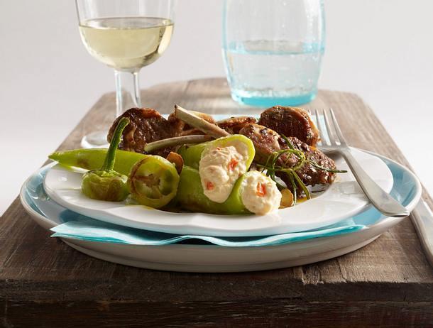 Gefüllte Spitzpaprika mit Chiliquark (Milram) und Kräuter-Lammkoteletts Rezept