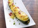 Gefüllte Zucchini mit Blattspinat, Speckstreifen, Schalotten und Mozzarella Rezept