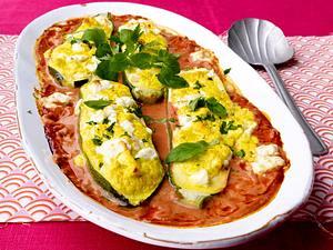 Gefüllte Zucchini mit Feta in Tomatensoße Rezept