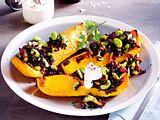 Gefüllter Butternutkürbis mit schwarzem Reis und Joghurtdip-F7461602