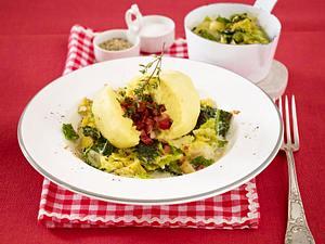 Gefüllter Kartoffel-Knödel auf Rahmgemüse Rezept