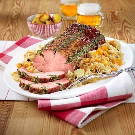 Gefüllter Kasselerbraten auf Möhren-Sauerkraut Rezept