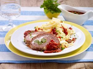 Gefüllter Rinder-Hackbraten mit grünem Spargel und Tomatensoße Rezept