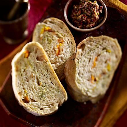 Gefülltes Kräuterbrot mit Oliventapenade Rezept