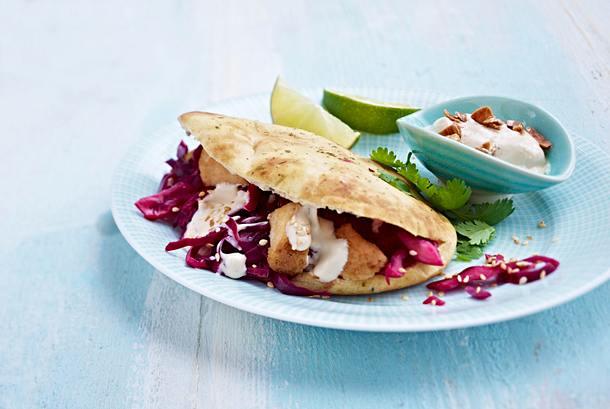 Gefülltes Naan-Brot mit Rotkohlsalat, Hähnchen und Sesam-Dip Rezept