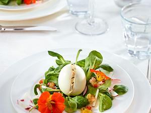 Gefülltes Osterei mit Feldsalat, Kapuzinerkresse und Gartenradieschen Rezept