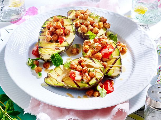 Gegrillte Avocado mit Kichererbsen und Tahini Rezept
