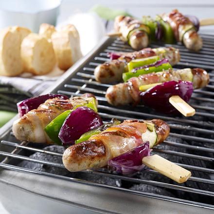 Gegrillte Bratwurstspieße mit Paprika, Zwiebeln und Speck Rezept