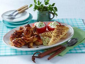 Gegrillte Hähnchenkeulen mit Tzatziki-Tomaten und geröstetem Fladen Rezept