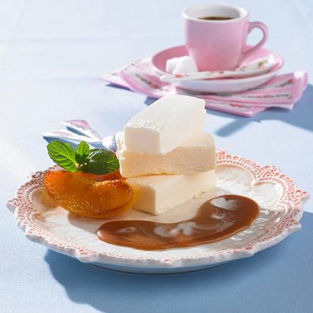 Gegrillte Pfirsiche mit selbsgemachtem Joghurteis und Karamell-Soße mit Minze Rezept