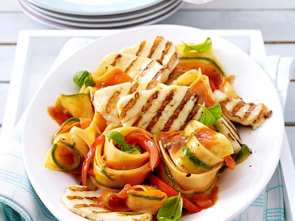 Gegrillter Halloumi-Käse auf Gemüsenudeln Rezept