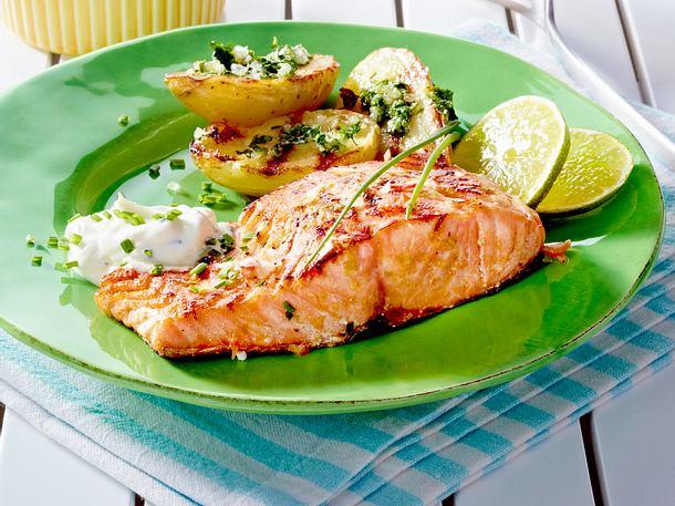 Gegrillter Lachs mit Kräuter-Kartoffeln und Mayonnaise-Schnittlauch-Creme Rezept