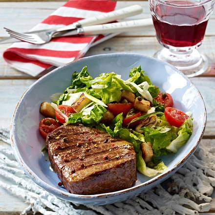 Gegrilltes Filetsteak mit Röstbrot-Salat Rezept