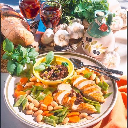 Gegrilltes Hähnchenfilet mit geschmortem Gemüse und Tapenade Rezept