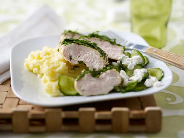 Gekräutertes Hähnchenfilet mit Hüttenkäse-Gurkensalat Rezept