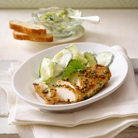 Gekräutertes Knoblauch-Hähnchenfilet zu Gurken-Joghurt-Salat Rezept