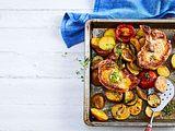 Gekräuterte Koteletts zu Röst-Kartoffeln Rezept