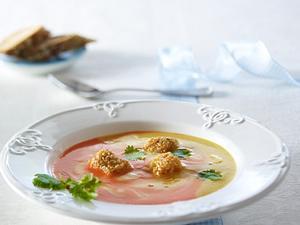 Gelb-rot marmorierte Paprikacremesuppe mit Sesam-Hähnchenwürfel und Koriander Rezept