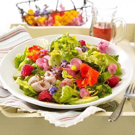 Gemischter Blütensalat mit Putenbrustaufschnitt Rezept