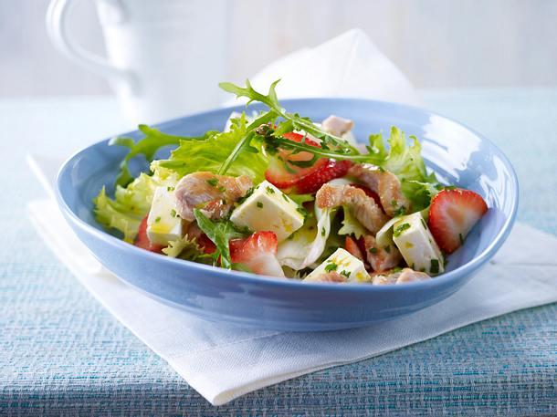 Gemischter Salat mit Erdbeeren, Putenbruststreifen und Fetakäse (Trennkost; Eiweiß-Gruppe) Rezept
