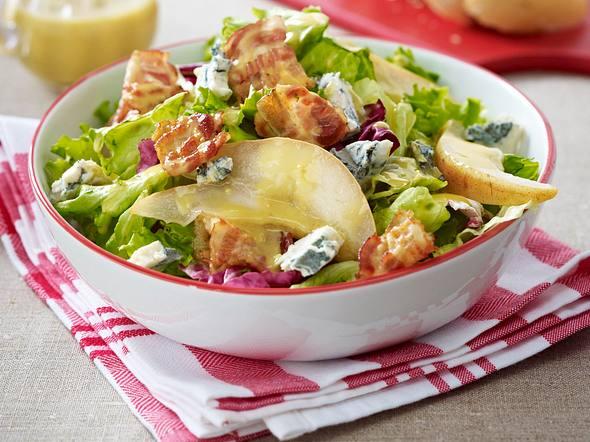 Gemischter Salat mit Gorgonzola, gebratener Birne und Speckstreifen Rezept