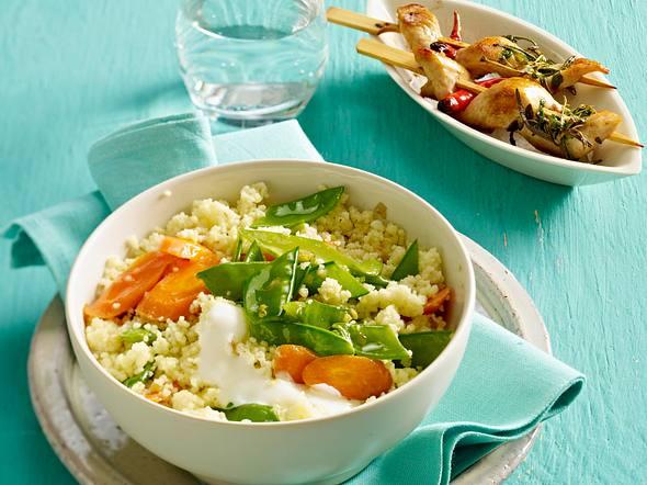 Gemüse-Couscous mit Hähnchenspießen Rezept
