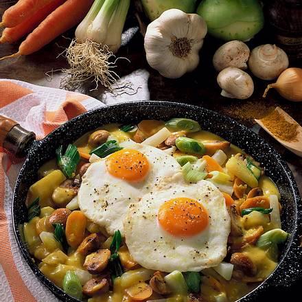Gemüse-Curry-Pfanne mit Spiegeleiern Rezept