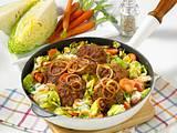 Gemüse-Frikadellenpfanne mit gerösteten Zwiebelringen Rezept