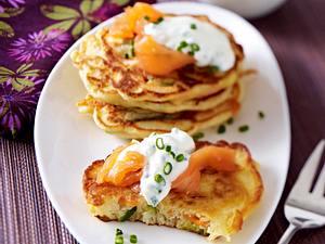Gemüse-Pancakes mit Räucherlachs und Joghurt Rezept