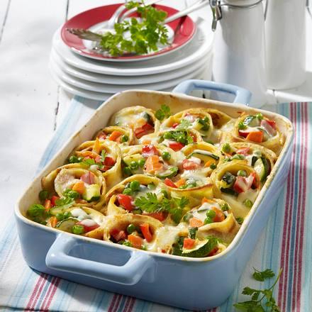 Gemüse-Pfannkuchenröllchen mit scharfer Käsesoße Rezept