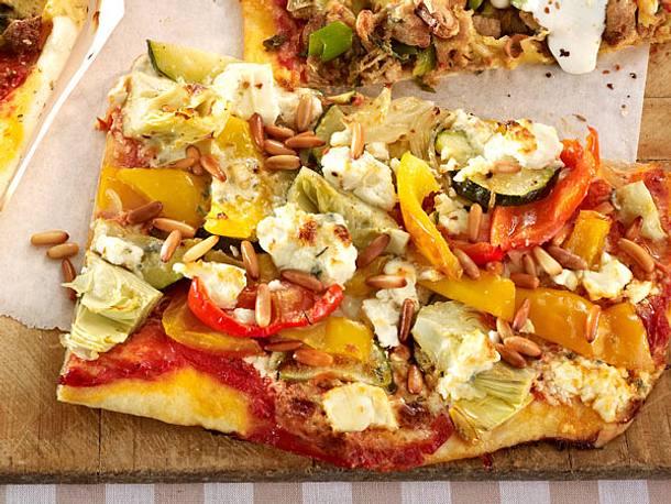 Gemüse-Pizza mit Gorgonzola und Feta Rezept