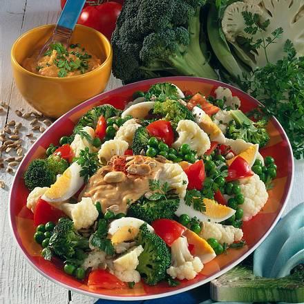 Gemüse-Salat mit Erdnuß-Soße Rezept