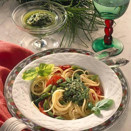Gemüse-Spaghetti und Pesto Rezept