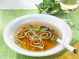 Gemüsebrühe mit Gemüsejulienne und Flädle Rezept