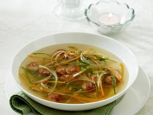 Gemüsebrühe mit kleinen Brätbällchen und Gemüse-Julienne Rezept