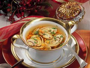 Gemüsebrühe mit Pilz-Pfannkuchenröllchen Rezept