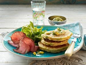 Gemüsepancakes mit Erbsen und Mais zu Roastbeef-Aufschnitt und Salat Rezept