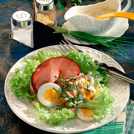 Gemüseremoulade auf Salat und Schinken Rezept