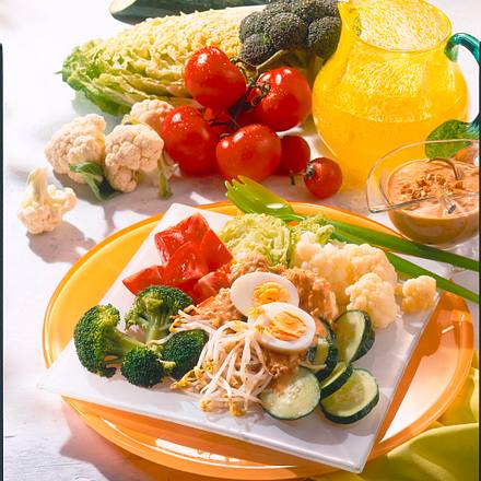Gemüsesalat mit Erdnuss-Soße Rezept