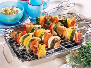 Gemüsespieße vom Grill mit Paprika, Auberginen, Zucchini und Zwiebeln mit Schafskäsedip und Fladenbrot Rezept