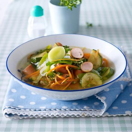 Gemüsesuppe mit Geflügelwürstchen Rezept