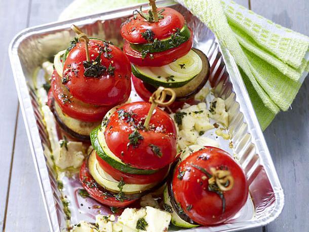Gemüsetürmchen mit Tomate, Zucchini, Aubergine, Zwiebel und Feta Rezept