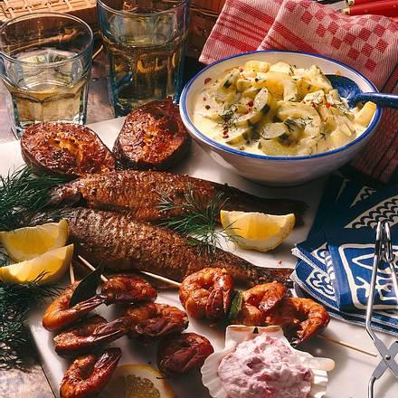 Geräucherte Fische und Scampi mit Gurkengemüse und Meerrettich-Preiselbeer-Sahne Rezept
