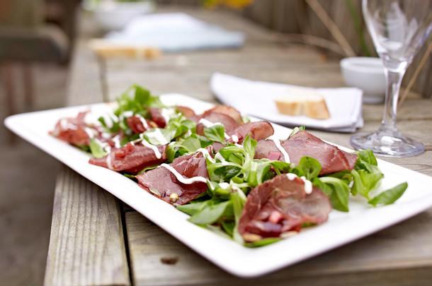 Geräuchertes Rinderfilet auf Feldsalat mit Kürbiskernvinaigrette Rezept