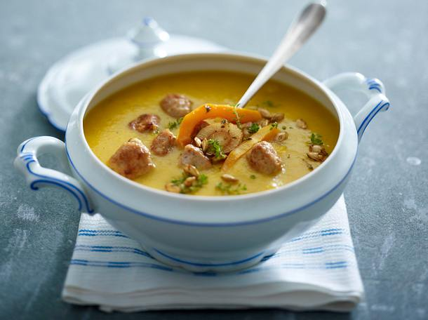 Geröstete Kürbis-Pastinaken-Suppe mit Brätbällchen Rezept