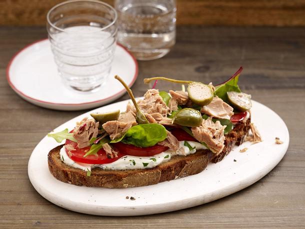 Geröstetes Bauernbrot mit Ricotta, Thunfisch, Tomaten und Salat Rezept
