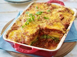 Geschichteter Kartoffel-Kohl-Hack-Auflauf mit Tomatensoße Rezept