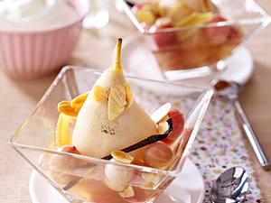 Geschmorte Birnen mit Stachelbeeren, Cassis-Sirup und Sahne Rezept