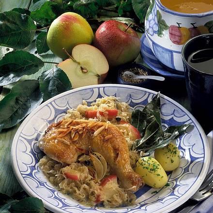 Geschmorte Hähnchenkeule auf Apfelsauerkaut Rezept